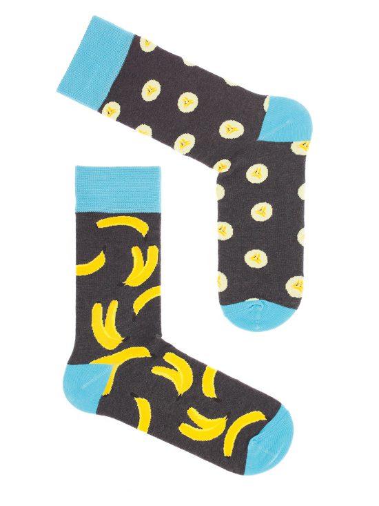 kolorowe skarpetki dwie różne, na jednej skarpecie całe banany a na drugiej pokrojone w plasterki