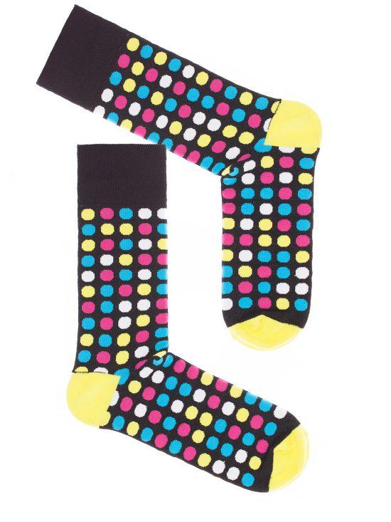 skarpetki w kolorowe kropki na czarnym tle i z żółtą piętą i palcami