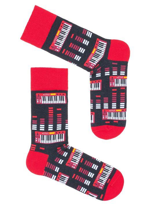 Kolorowe skarpetki męskie w czerwone syntezatory i pianinka, na czarnej podstawie