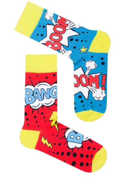 Kolorowe skarpetki komiks, dwie różne jedna czerwona a druga niebieska z napisami boom i bang