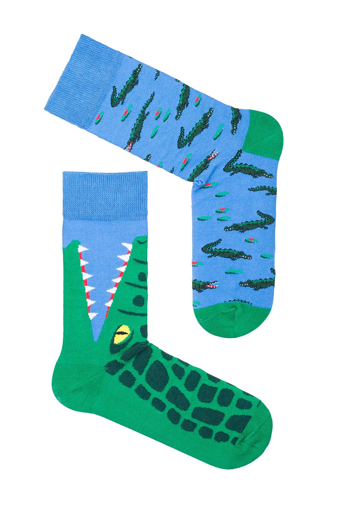 Asymetryczne dwie różne kolorowe skarpetki w krokodyle.