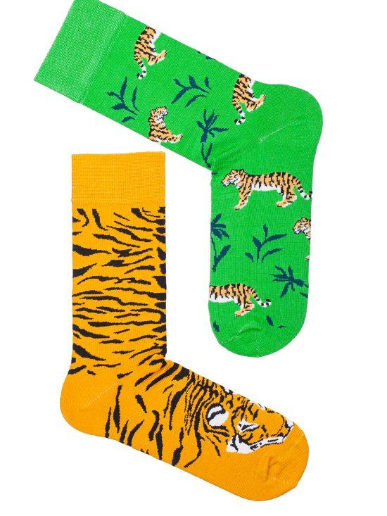 Kolorowe skarpetki męskie, jedna żółta a druga zielona z motywami tygrysów