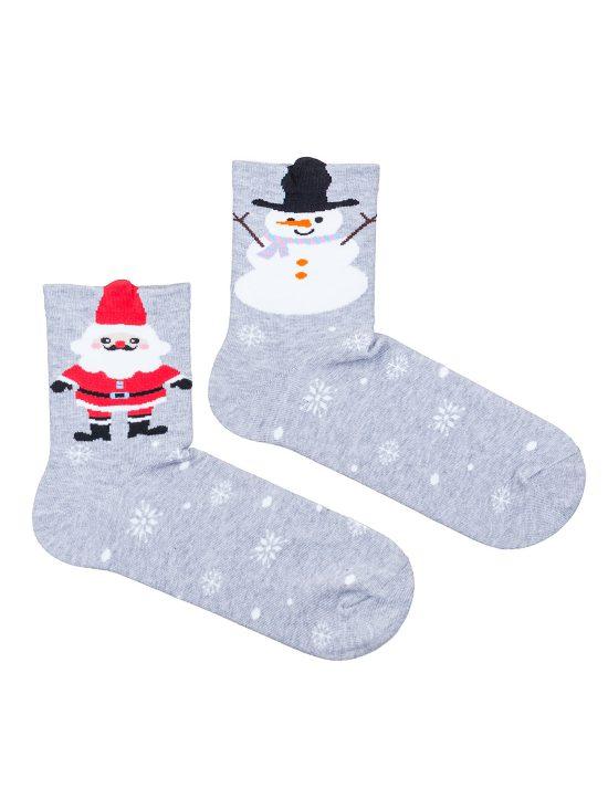 Kolorowe skarpetki świąteczne dwie różne, na jednej mikołaj na drugiej bałwan na szarym tle