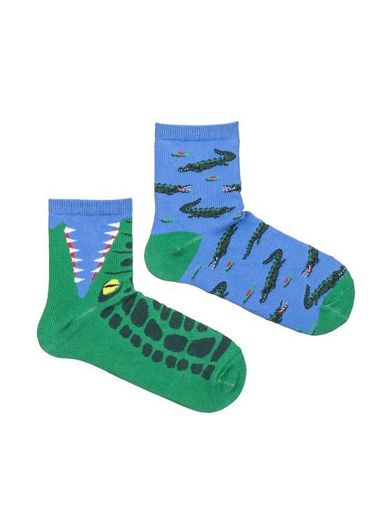 Kolorowe skarpetki dziecięce, z motywem krokodyli,dwie różne na niebieskim tle