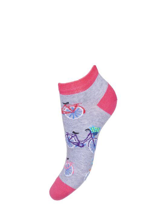 Kolorowe stopki damskie na szarym tle, w kolorowe rower z różowym wykończeniem