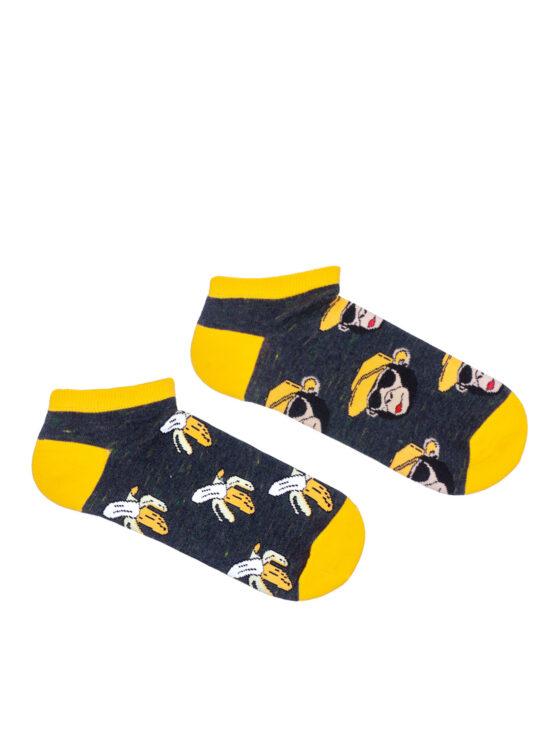 Kolorowe stopki męskie dwie różne , jedna w małpy a druga w banany, na ciemnoszarym tle z różnymi przejściami