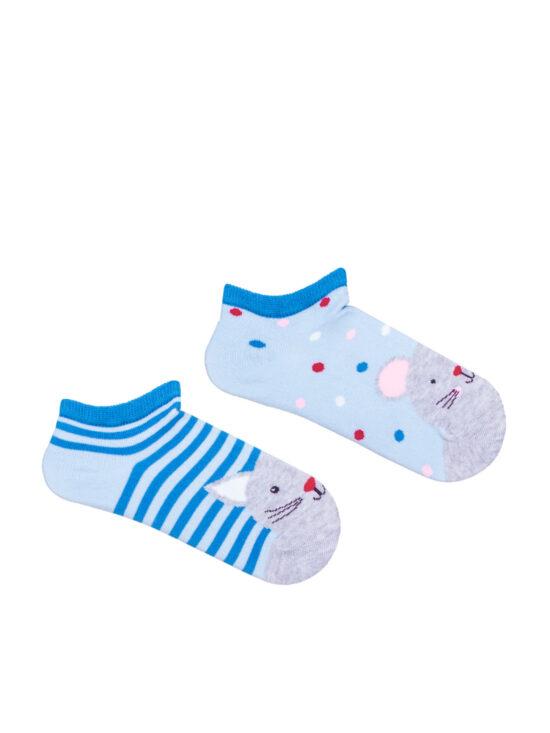 Stopki dziecięce , dwie różne, na jednej kot a na drugiej mysz. Kot na tle niebieskich pasków i jasnoniebieskim tle a mysz na jednolitym jasnoniebieskim tle z niebieskim wykończeniem
