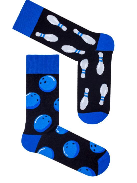 Kolorowe skarpetki męskie, czarne z niebieskim wykończniem, na jednej kule do kręgli a na drugiej kręgle