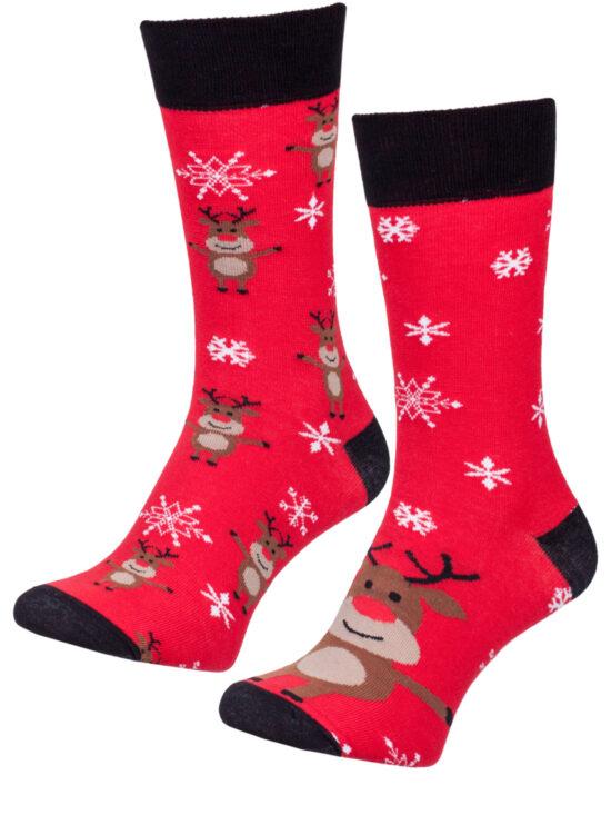 Kolorowe skarpetki świąteczne męskie w renifery na jednym dyży renifer na drugiej małe renifery, wszystko na czerwonym tle z czarnym wykończeniem