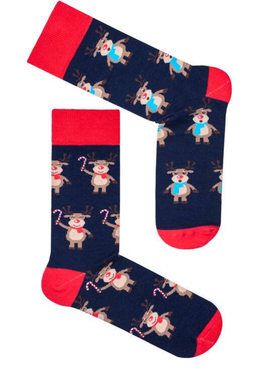 Kolorowe skarpetki męskie świąteczne na granatowej podstawie z czerwonym wykończeniem w dwa różne renifery na jednym renifer w czerwonym szaliku i lizakiem na drugim renifer z niebieskim szalikiem