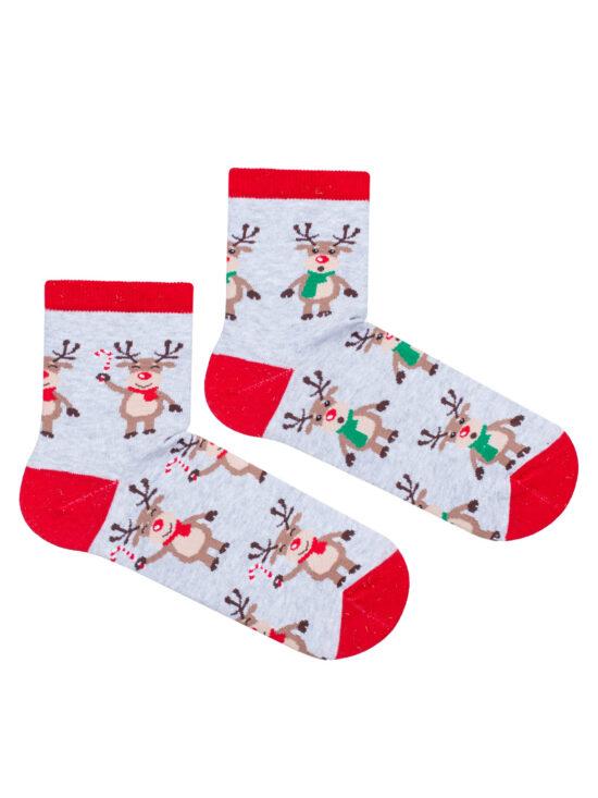 Kolorowe skarpetki damskie świąteczne, na jednej uśmiechnięte reniferki z czerwonym szalikiem , na drugiej reniferki z zielonym szalikiem, z czerwonym wykończeniem na szarym tle