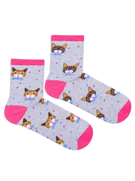 Kolorowe skarpetki damskie w koty, dwie różne na jednej koty z żółtymi kolorami na drugiej brązowe, wszystko na szarej podstawie i różowym wykończeniu