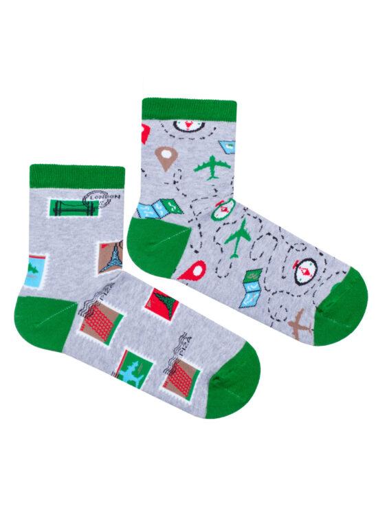 Kolorowe skarpetki damskie szare z zielonym wykończeniem, na jednej znaczki pocztowe z każdego zakątku świata, na drugiej znaczniki, samoloty, kompasy, drogi