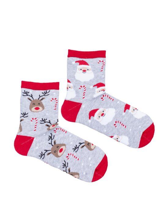 Skarpetki dziecięce świąteczne, dwie różne, na jednej renifery na drugiej mikołaje