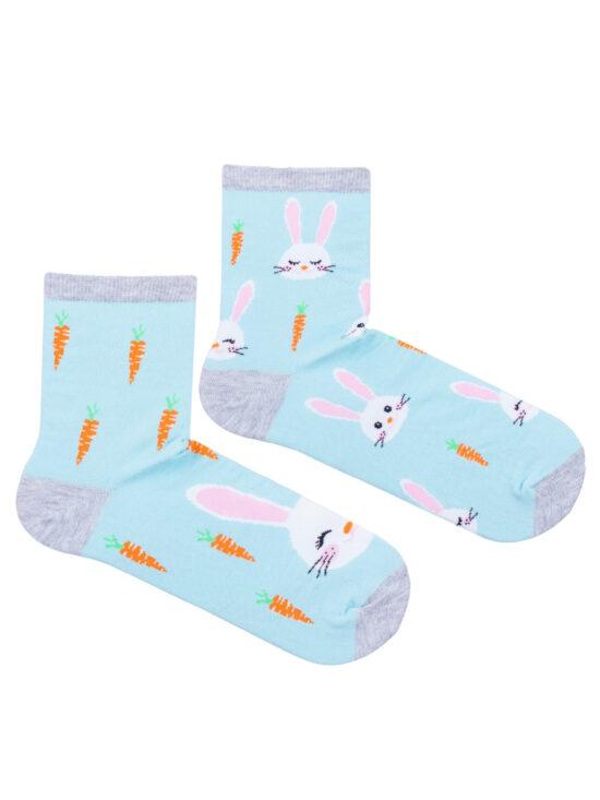Kolorowe skarpetki damskie, dwie różne, na jednej królik w otoczeniach marchewek, na drugiej króliczki z marchewkami, wszystko na miętowym tle z szarym wykończeniem