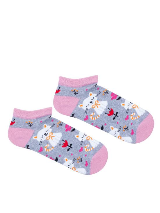 Kolorowe stopki damskie w koty w otoczeniu kwiatów, na szarym tle z różowym wykończeniem